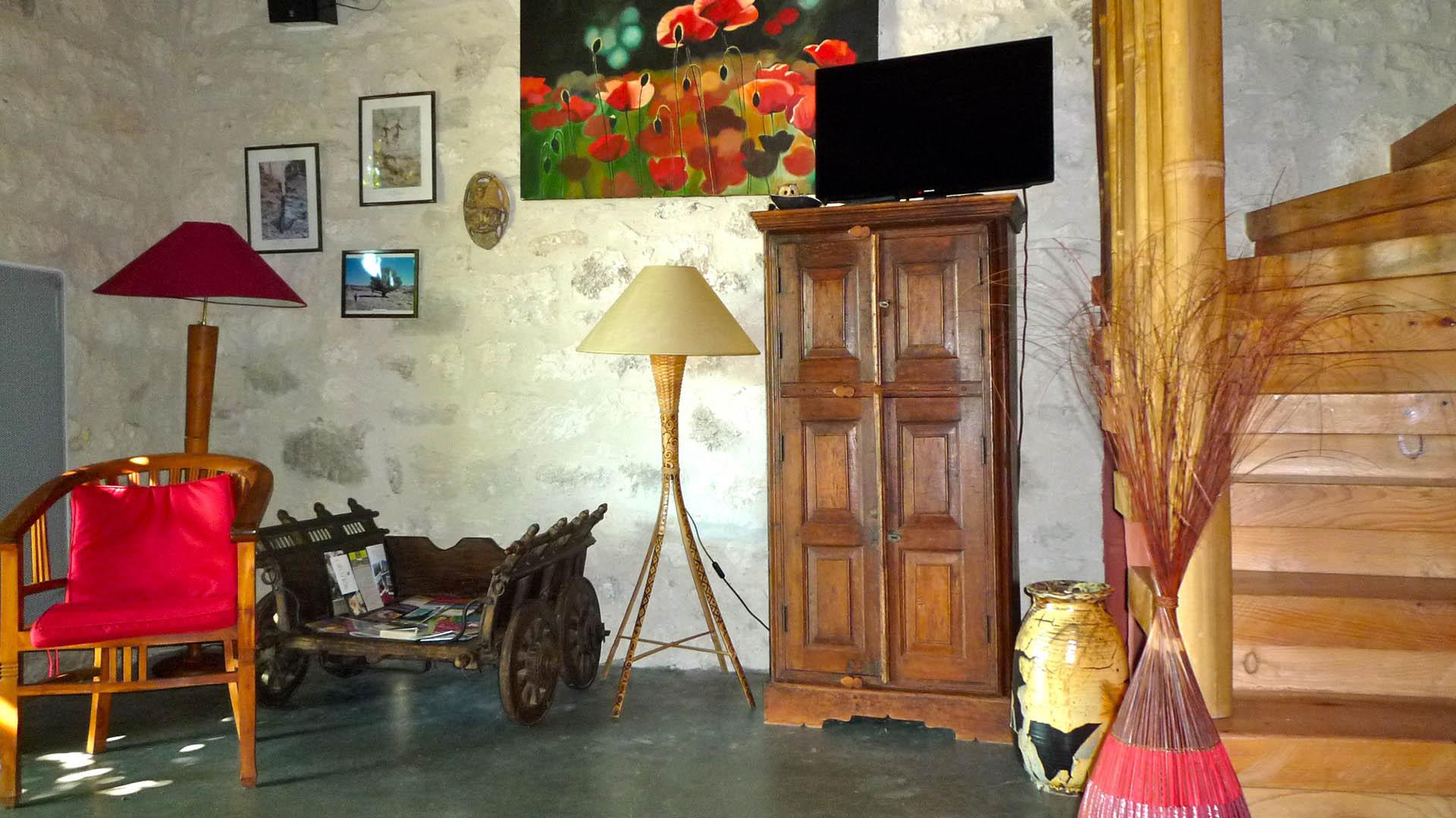 (Français) Détail décoration montée d'escalier gite ocre Mas de la chouette 1