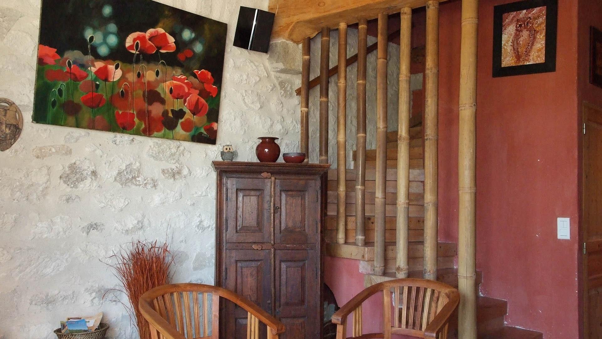 Détail décoration coin salon gîte ocre Mas de la Chouette