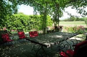 La table de jardin sous la tonnelle