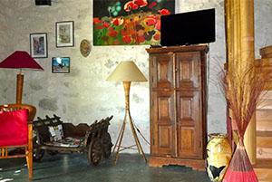 Détail décoration coin télé gite ocre Mas de la chouette