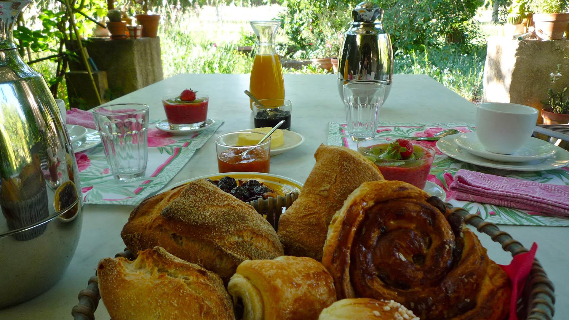 Petit déjeuner Mas de la Chouette Viennoiseries du matin