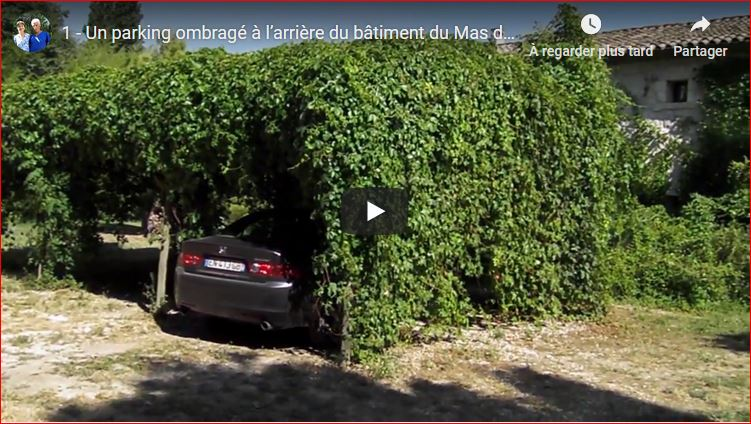 Un parking ombragé à l'arrière du bâtiment du Mas de la chouette
